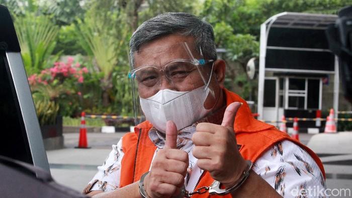 Bupati nonaktif Labuhanbatu Utara, Khairuddin Syah Sitorus mengacungkan dua jempol saat menuju mobil tahanan di Gedung KPK. Ini foto-fotonya.