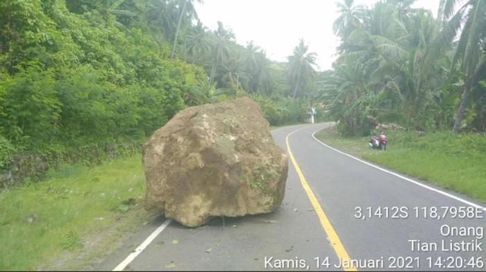 Foto longsoran batu akibat gempa di Majene yang dilaporkan warga Sulbar (dok. Istimewa).