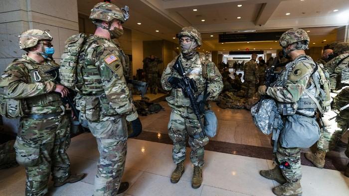 Pasukan Garda Nasional memperketat penjagaan Gedung Capitol, Washington, Amerika Serikat. Penjagaan ini dilakukan menjelang pelantikan Joe Biden sebagai presiden AS.
