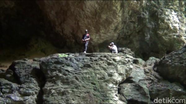 Ada dua gua eksotis yang tersembunyi di pedalaman hutan Kutai Kartanegara, yakni Gua Kelelawar dan Gua Air. Kedua gua ini berada di ketinggian sekitar 100 Mdpl. Dua gua alam itu menyimpan berbagai potensi wisata yang layak dikunjungi wisatawan. (Suriyatman/detikTravel)