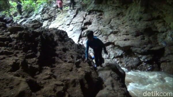Di gua Air, para pengunjung bisa lebih semangat untuk menjelajahi gua. Suara aliran sungai terdengar sangat kencang. Bahkan hamparan batu-batu yang tersusun rapi di dalam gua menambah rasa ingin tahu para pengunjung untuk menaikinya. (Suriyatman/detikTravel)
