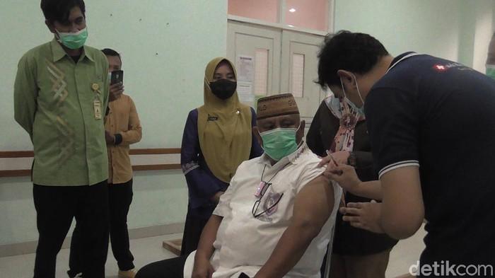 Gubernur Gorontalo Rusli Habibie menjalani simulasi vaksinasi.