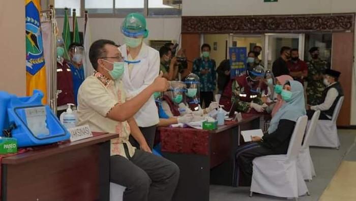 Gubernur Nusa Tenggara Barat (NTB) Zulkieflimansyah disuntik vaksin.
