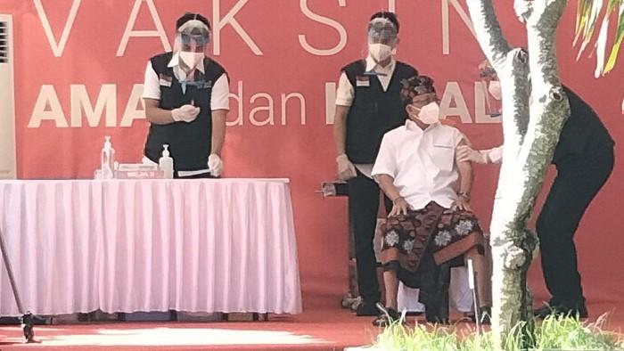 I Wayan Koster jadi orang pertama yang disuntik vaksin Corona di Bali