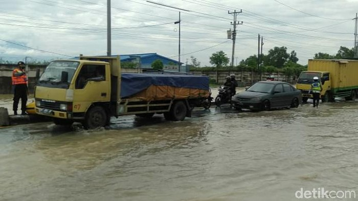 Jalur Pantura di perbatasan Kabupaten Tegal-Pemalang tergenang banjir, Kamis (14/1/2021).