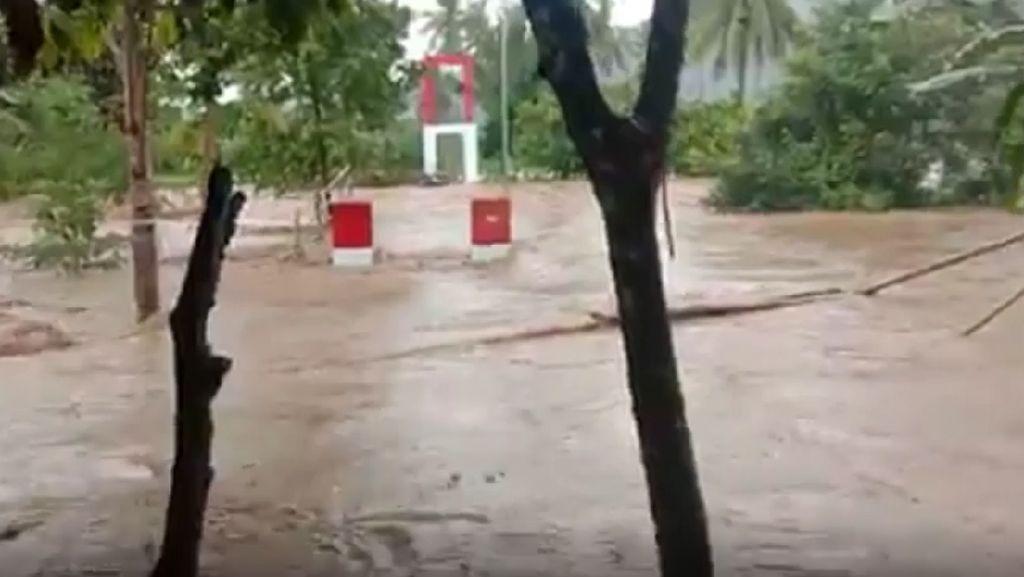 Jembatan Gantung di Polman Ambruk Diterjang Banjir
