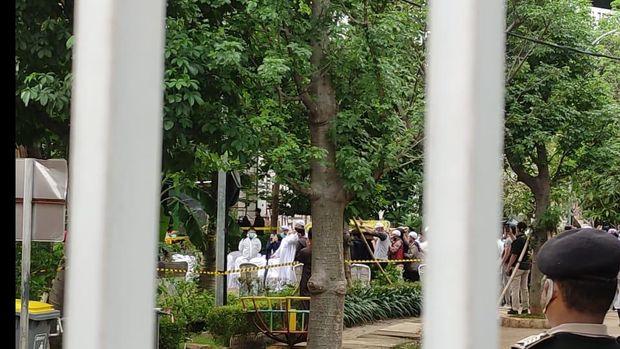 Jenazah Syekh Ali Jaber dimakamkan di Ponpes Daarul Quran (Foto: Taufieq/detikcom)