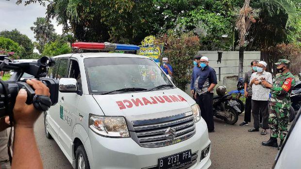 Jenazah Syekh Ali Jaber tiba di rumah duka di Pulo Gadung (Foto: Afzal/detikcom)