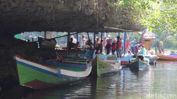 Untuk mencapai kampung, travelers harus menggunakan perahu menyusuri sungai.