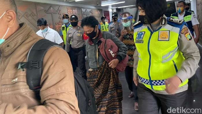 Keluarga 2 penumpang Sriwijaya Air yang pakai KTP orang tiba di Bandara Soekarno-Hatta (Dok Polres Bandara Soetta)