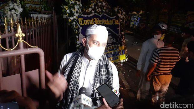 Keluarga Syekh Ali Jaber memastikan tidak menggelar tahlilan mengingat kondisi pandemi COVID. Mereka minta masyarakat cukup mendoakan dari tempat masing-masing. (Tim detikcom)
