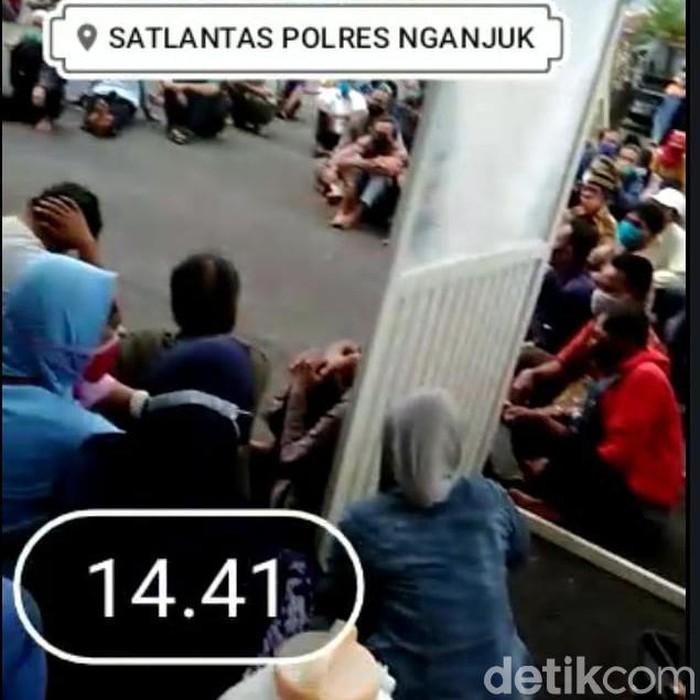 Video kerumunan warga mengantre dalam pembuatan SIM di Polres Nganjuk, beredar. Kasat Lantas Polres Nganjuk AKP Marita Dyah Angraini membenarkan kejadian itu.