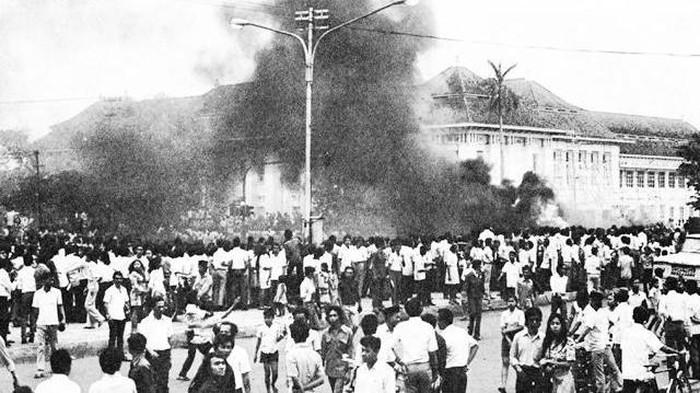 Hari ini, 47 tahun lalu, ribuan mahasiswa dari berbagai kampus di Jakarta turun ke jalan memprotes kebijakan ekonomi Pemerintahan Soeharto yang dianggap terlalu getol kepada investasi asing.