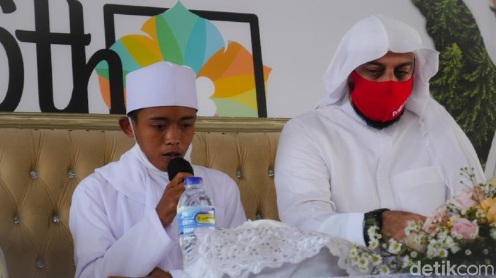 Momen haru Syekh Ali Jaber bertemu bocah pemulung baca Al-Quran di trotoar