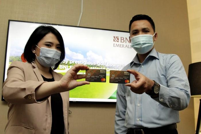 Nasabah menunjukkan Kartu Debit World BNI Emerald di Jakarta belum lama ini.
