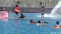 Pemandangan di objek wisata ini sangat indah, sebab wisata Balong Geulis terletak di dataran tinggi dengan dikelilingi pegunungan yang sangat indah. Anak-anak sangat suka berenang di sini.