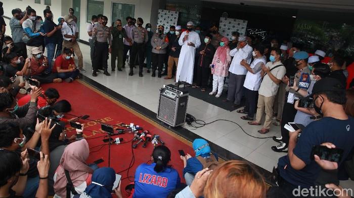 RS Yarsi menjelaskan kondisi kesehatan Syekh Ali Jaber sebelum meninggal dunia. RS Yarsi menjelaskan Syekh Ali Jaber dirawat sejak 19 hari yang lalu.