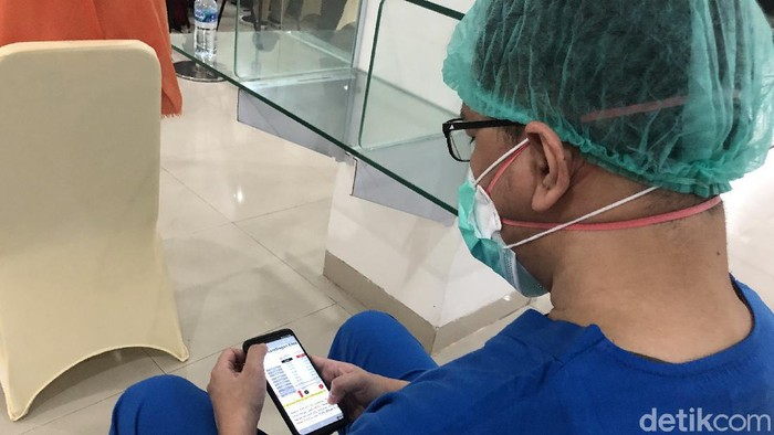 Tenaga kesehatan menjadi prioritas pertama vaksinasi COVID-19 di Indonesia. Mereka akan mendapat sertifikat khusus sebagai bukti sudah divaksin.