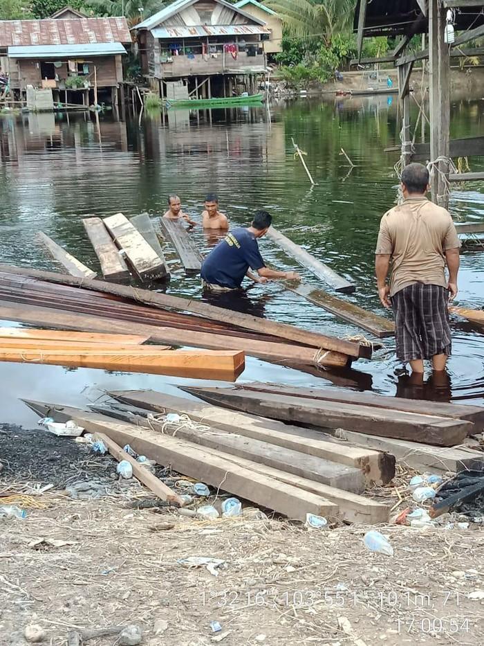 Petugas Polisi Kehutanan (Polhut) Jambi mengamankan sebanyak 51 batang kayu campuran dari kawasan Kumpe Kabupaten Muaro Jambi, Jambi (dok istimewa)