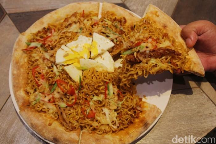 Wow! Restoran Ini Tawarkan Pizza Indomie yang Unik Rasanya