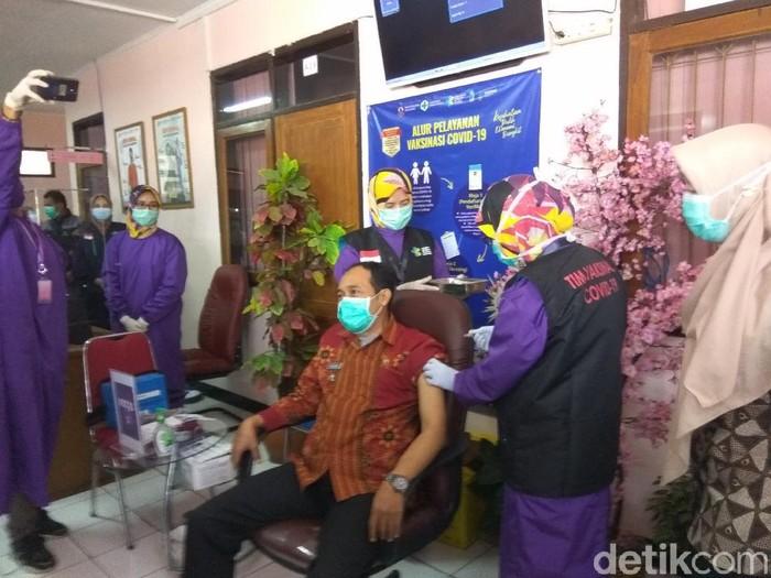 Plt Wali Kota Cimahi Ngatiyana jalani penyuntikan vaksin COVID-19.