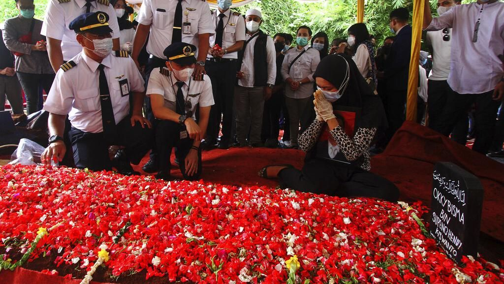 Suasana Haru Pemakaman Pramugara Sriwijaya Air Okky Bisma