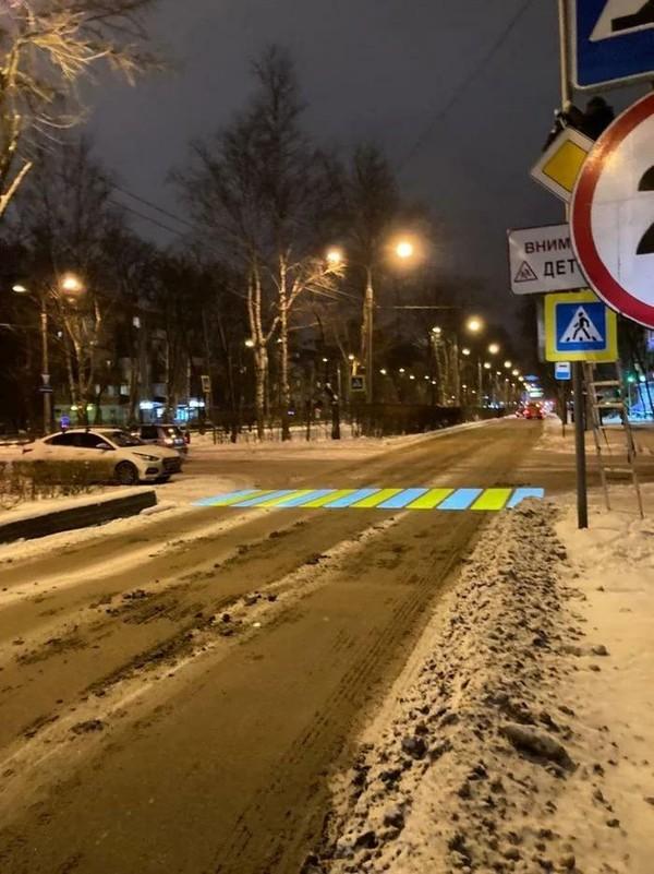 Penyeberangan yang warna-warni di jalanan yang kotor. (dok Bored Panda)
