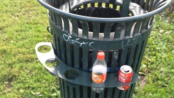 Di Norwegia, mereka punya kebijakan memberikan uang bagi yang mendaur ulang botol atau kaleng. Banyak tempat sampah di sana yang punya pegangan botol seperti ini agar tunawisma tak perlu mengacak sampah untuk mencari botol. (dok Bored Panda)