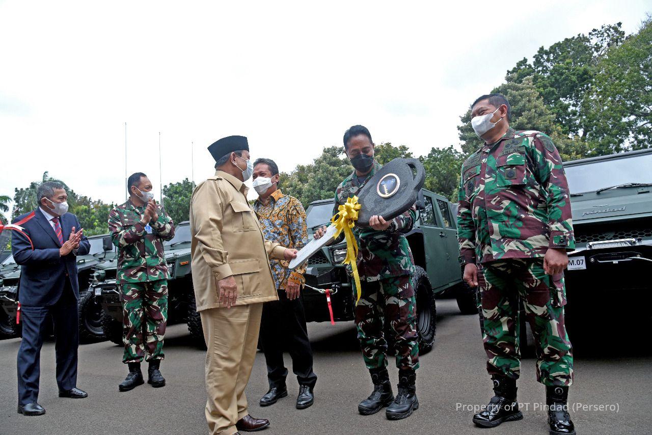 Prabowo Serahkan Maung Buatan Pindad ke KASAD