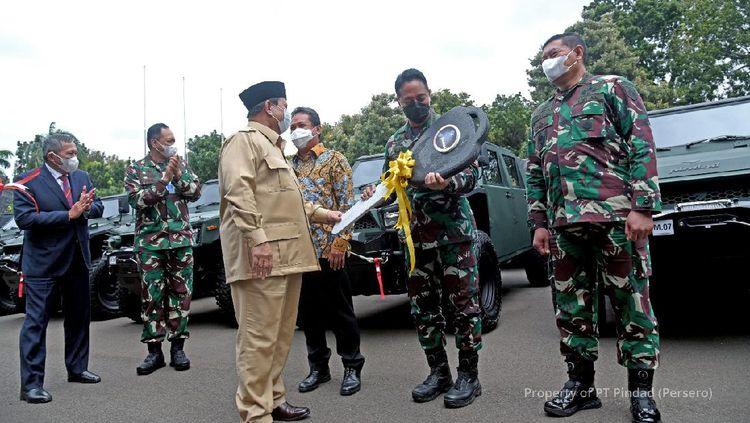 Prabowo Serahkan 40 Unit Maung Buatan Pindad ke TNI AD