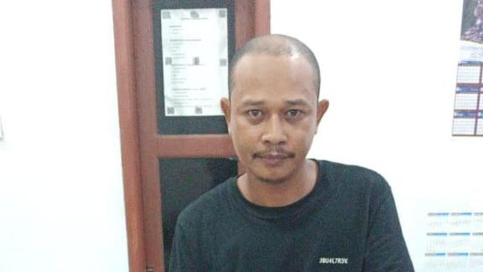Pria bernama Hasbi (35) di Kabupaten Sinjai yang ditangkap polisi akibat tega merampas kalung emas di leher ibunya sendiri (dok. Istimewa).