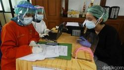 Penyuntikan vaksin Corona dari Sinovac telah dimulai di Indonesia. Seperti di Puskesmas Cilandak, petugas sudah memulai memberikan vaksin kepada masyarakat.