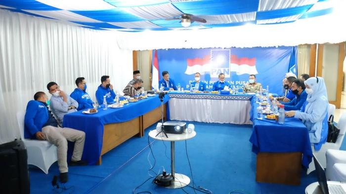 Ketum PAN Zulkifli Hasan didampingi Sekjen PAN Eddy Soeparno, Waketum PAN Viva Yoga Mauladi dan Ketua Fraksi PAN DPR RI saat memimpin rapat harian  secara virtual.