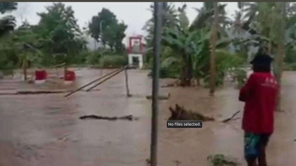 Diterjang Banjir, Jembatan Gantung di Polewali Mandar Ambruk