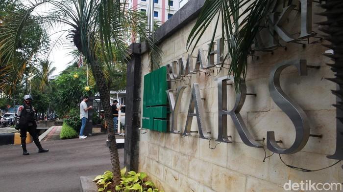 Petugas kepolisian berjaga di RS Yarsi, Cempaka Putih, Jakarta, Kamis (14/1/2021) terkait wafatnya Syaikh Ali Jaber. Lajur lambat di depan rumah sakit ditutup dan dialihkan ke jalur cepat.