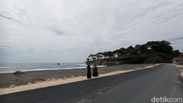 Apalagi ada spot Instagramable baru, berupa Jalan hotmix di tepi pantai yang ternyata menyuguhkan keindahan yang luar biasa terutama di sore atau pagi hari. Jalan lurus mulus, langit biru, dan debur ombak jadi kombinasi latar belakang yang indah untuk berfoto traveler.