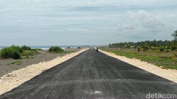 Rencananya jalan baru ini akan terhubung hingga ke pantai Pangandaran namun sayang sejauh ini belum rampung. Bahkan ke pantai Karangtirta yang terletak di antara pantai Batu Hiu dan Pangandaran pun belum selesai dibangun.