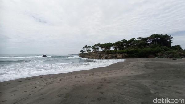 Kawasan pantai Batu Hiu menyuguhkan potensi wisata yang tak kalah menarik. Banyak pengunjung yang berpendapat jika Batu Hiu adalah Tanah Lot-nya Jawa Barat.