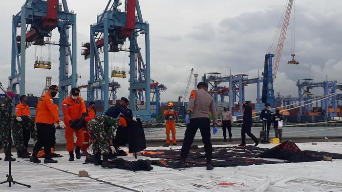 Tim SAR gabungan menyerahkan 36 kantong isi bagian tubuh dan 1 kantong berisi serpihan pesawat.