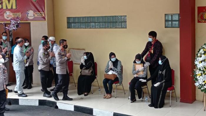 Suasana serah terima jenazah penumpang pesawat Sriwijaya Air SJ182, Okky Bisma di RS Polri