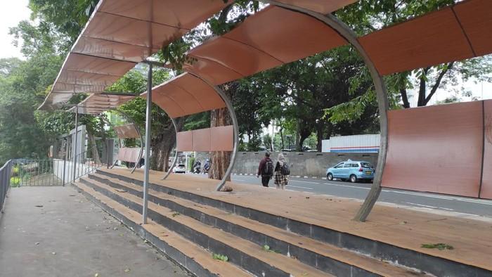 Taman-Trotoar di seberang Stasiun BNI City yang rusak, berlahan mulai diperbaiki.