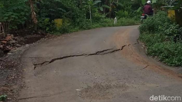 Tanah bergerak di Purbalingga, puluhan rumah dan jalan terdampak.