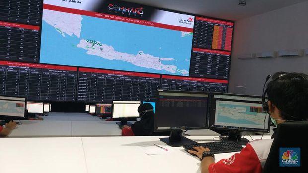 Telkom Integrated Operation Center (TIOC), tempat memonitor sistem digitalisasi SPBU Pertamina di Kantor Telkom Legok, Tangerang, Banten. (CNBC Indonesia/ Wilda Asmarini)