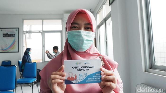 Tenaga kesehatan di Bandung jalani vaksinasi di Puskesmas.