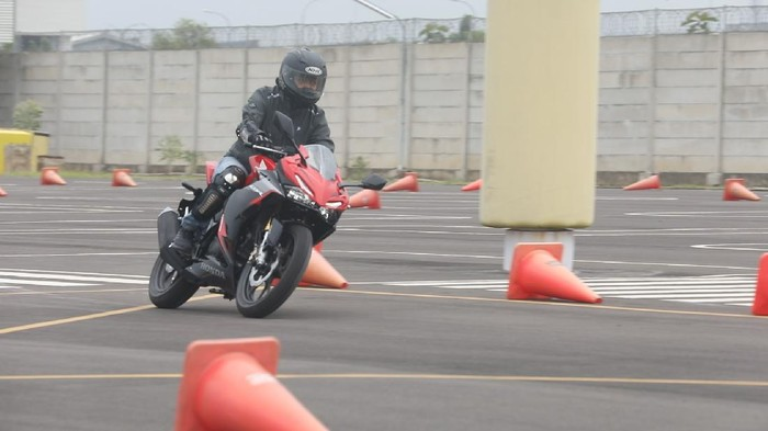 Test ride All New CBR150R di  di sirkuit AHM Safety Riding & Training Center (AHSRTC), Cikarang, Jawa Barat, Kamis, (14/1/21).