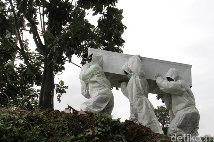 TPU Srengseng Sawah di Jagakarsa, Jakarta Selatan, kini dipakai untuk pemakaman jenazah pasien COVID-19. Hal ini menyusul makam di dua TPU Pondok Ranggon dan TPU Tegal Alur untuk COVID-19 di blok muslim dinyatakan penuh.