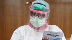 Puskesamas Kecamatan Cilincing, Jakarta Utara, mulai melakukan vaksinasi Corona. Vaksin pertama diberikan kepada petugas kesehatan di Puskesmas tersebut.
