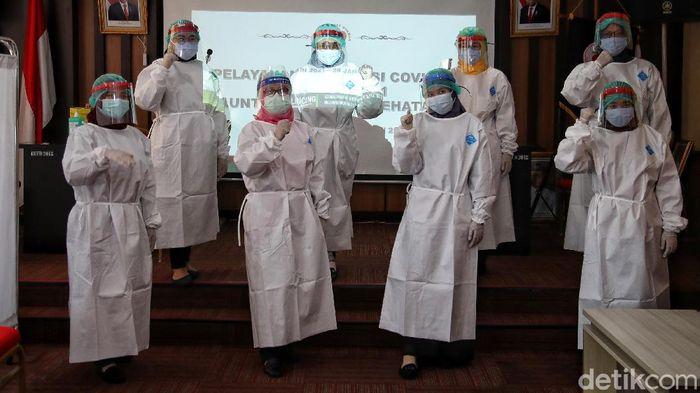 Petugas medis memberikan vaksin Sinovac kepada Tenaga Kesehatan Puskesamas Kecamatan Cilincing, Jakarta Utara, Kamis (14/1). Pada hari pertama pemberian vaksin Sinovac, terdapat 11 orang tenaga kesehatan yang disuntik vaksin di Puskesma Kecamatan Cilincing.