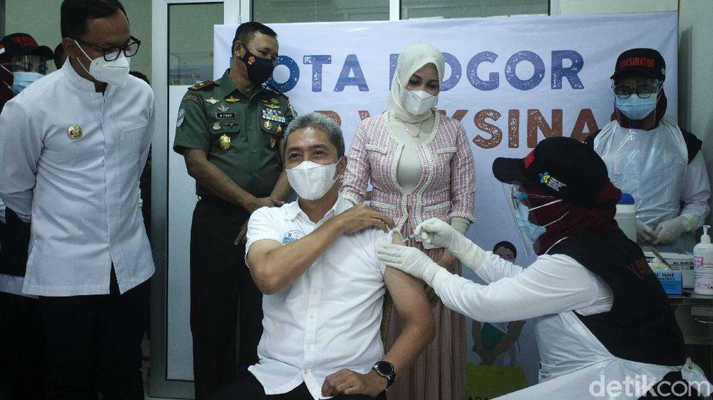 Wawalkot Dedie Terima Suntikan Pertama Vaksin Corona di Bogor