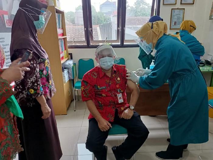 Wabup Ngesti Nugraha saat berada di ruangan vaksinasi di Puskesmas Ungaran, Kamis (14/1/2021).